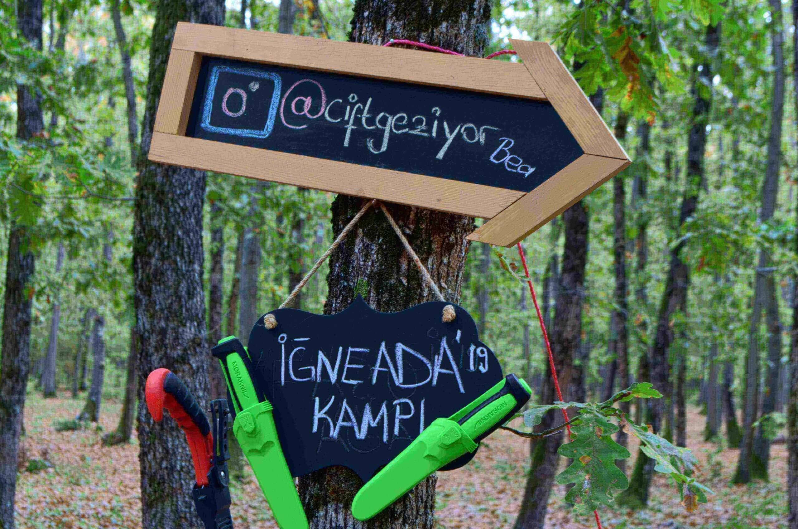 Yaz kampı ve özellikle ormanda yapılan kamplar, kamçılar için çok keyifli geçmektedir. Bu kamplarda bıçak, testere, balta vb araçlar kullanılır.