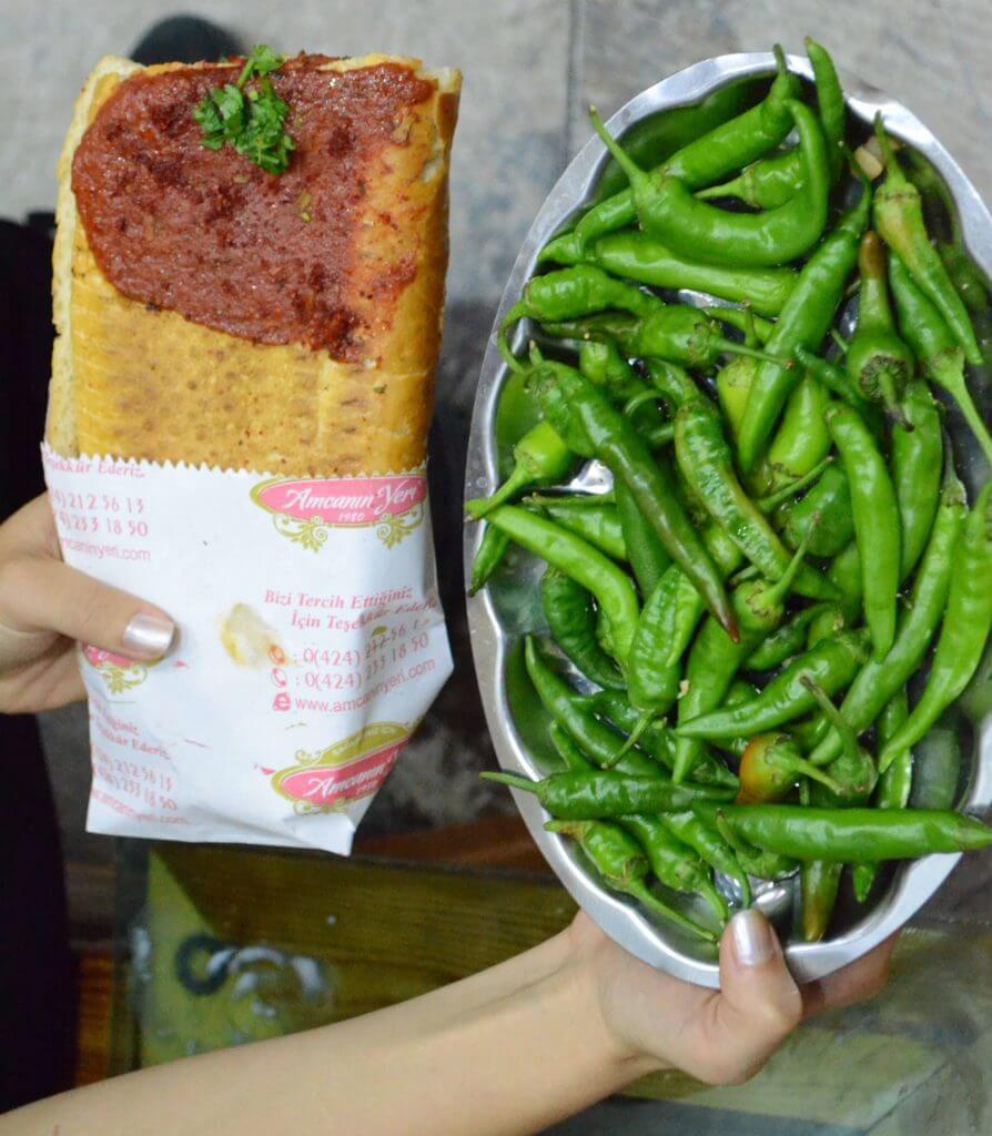 salçalı köfte Elazığ'ın meşhur yiyeceklerinden bir tanesidir. Salaş mekanlarda, yeşil acı biber ikramı ile servis edilir.